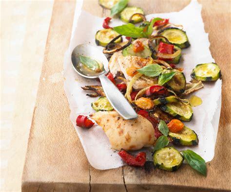 comment cuisiner du blanc de poulet la recette du blanc de poulet et légumes rôtis au basilic