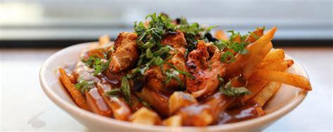 comment cuisiner des cuisses de poulet la recette de la poutine au poulet tikka munchies