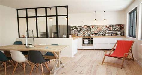 deco salon et cuisine ouverte cuisine ouverte délimitée par une verrière ou un îlot bar