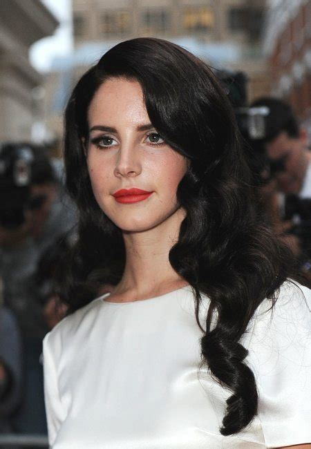 Lana Del Rey Debuts Black Hair Thats Right On Trend For