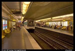 strolling for picture photo franklin roosevelt subway station paris