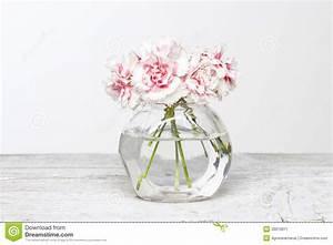 Petit Vase En Verre : bouquet des oeillets roses dans le petit vase en verre image stock image du l ment flamme ~ Teatrodelosmanantiales.com Idées de Décoration