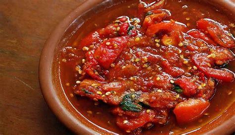 Langkah pertama, rebus cabe rawit termasuk cabe merah keriting, bawang putih juga bawang merah juga tomat hingga melunak. Resep Sambal Matah : Padang, TOmat, Sereh, Kecombrang & Bali