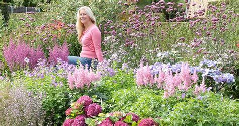 wit blad rode rand witte bloemen vijver het effect van kleur in de tuin groen specialist