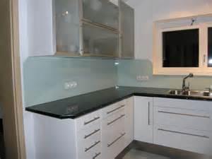 fliesenspiegel küche glas arbeitsplatte als fliesenspiegel nutzen