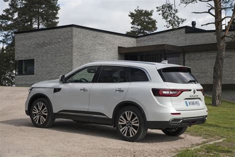 The renault koleos is a compact crossover suv which was first presented as a concept car at the geneva motor show in 2000, and then again in 2006 at the paris motor show, by the french manufacturer renault. Renault Koleos : on change tout | Automobile