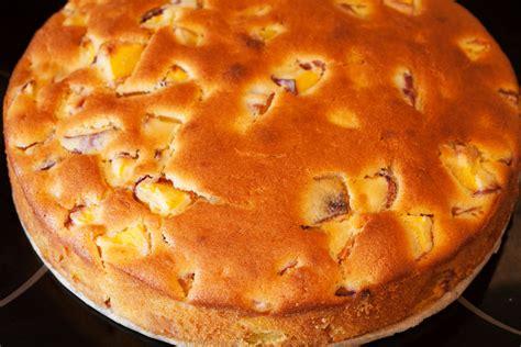 pfirsichkuchen aus ruehrteig mit frischen pfirsichen