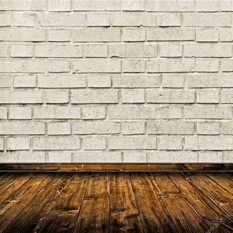mattoni pavimento interno interno con muro di mattoni bianchi e pavimento in