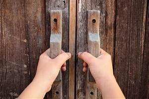 Poignée De Porte En Bois : main sur une porte en bois de poign e image stock image 50764831 ~ Melissatoandfro.com Idées de Décoration