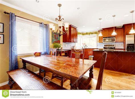cuisine avec table à manger table de salle à manger avec le banc et chaises dans la