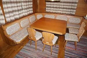 Tisch Mit 4 Stühlen : sitzecke mit tisch und vier st hlen ~ Frokenaadalensverden.com Haus und Dekorationen