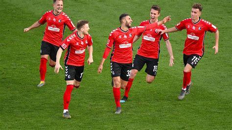 Mit dem 1:1 verpasste das team von christian streich den sprung auf platz eins der tabelle. 5:1 gegen Augsburg: Freiburg trumpft auf