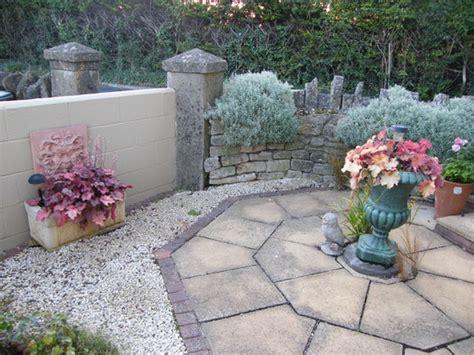 gravel garden  patio slab design grows