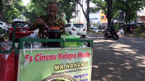 Seperti untuk memenuhi kebutuhan serat. Mr. Nanang, Penjual Es Cincau yang Mahir Bahasa Inggris ...