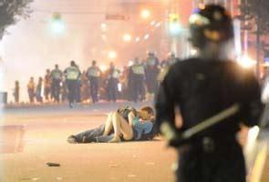 Vancouver Riot Kiss Meme - the vancouver riot kiss