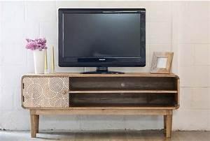 Deco derriere tv les tlviseurs se dissimulent derrire la for Deco cuisine pour meuble tv verre