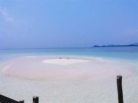 eksotisme pantai sari ringgung masjid terapung hingga