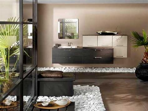 galets pour salle de bain parterre en galets blancs dans une salle de bain zen