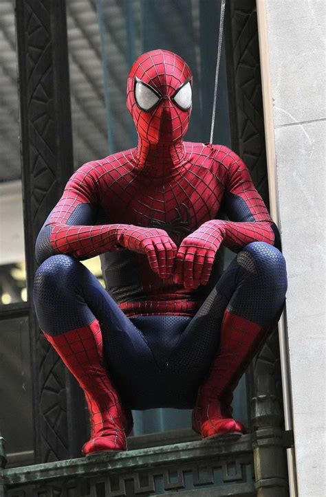 the amazing spider 2 set photos feature spidey suit