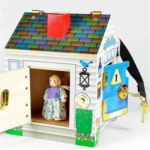 Maison D éveil : jouet maison cl jouet d 39 veil en bois avec 4 figurines ~ Teatrodelosmanantiales.com Idées de Décoration
