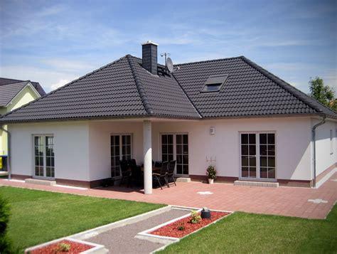 Bungalow Mit Dachgeschoss by Komfortabler Winkelbungalow Mit Ausbaureserve Im