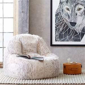 Pouf Fourrure Blanc : 1001 designs magiques pour cr er un salon cocooning ~ Teatrodelosmanantiales.com Idées de Décoration