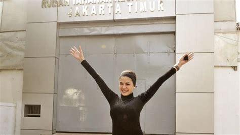 Nikita Mirzani Pamer Keseksian Tubuh Dengan Busana Belahan