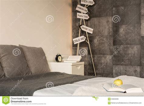 chambre contemporaine grise poteaux indicateurs dans la chambre à coucher grise