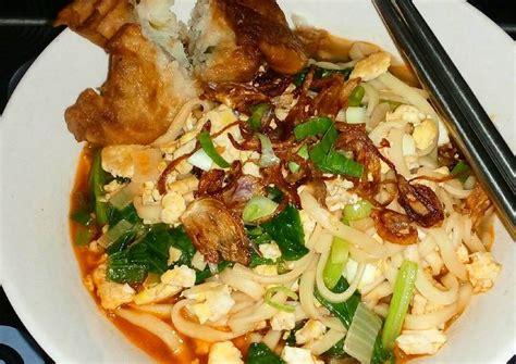 Kemudian masukkan mie, tambahkan ayam yang telah dimasak kemudian tambahkan kuah dan bawang goreng. Resep Mie Kuah Telur oleh HanaKitchen - Cookpad