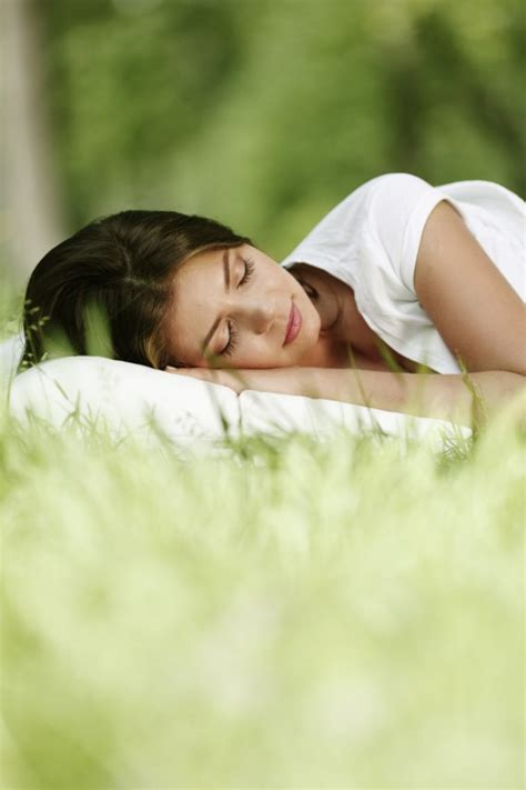 fa bene dormire senza cuscino dormire senza cuscino fa bene donnad