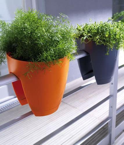 des cache pots originaux pour d 233 poser des plantes sur un balcon
