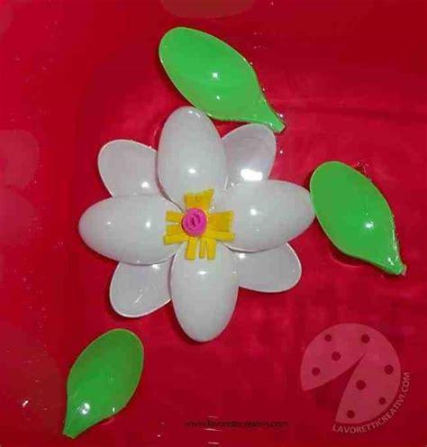 fiori con cucchiai di plastica lavoretti creativi fiore con cucchiai di plastica