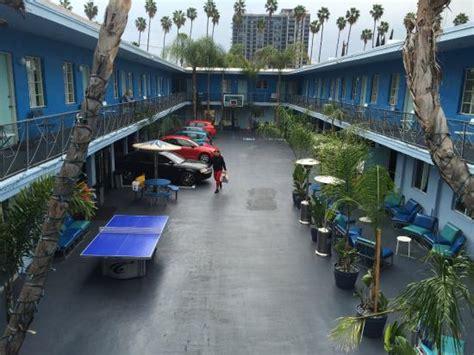 Por Trás Do Hostel Fica O Letreiro De Hollywood Banana