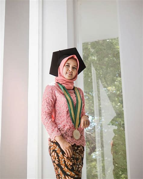 model kebaya wisuda modern  simple elegan