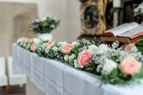 blumengirlande auf dem altar foto sandra huetzen