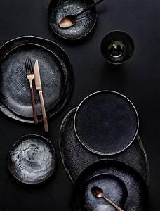 Geschirr Set Steingut : gelungene tischdeko schwarzes geschirr und kupferfarben es besteck by leuchtend grau kitchen ~ Watch28wear.com Haus und Dekorationen