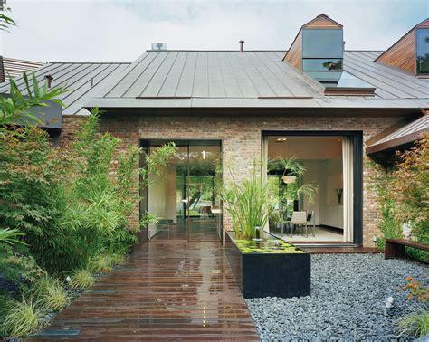 austin modern lake house entry courtyard peninsulabcarc flickr