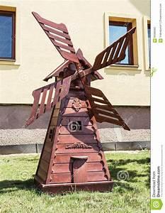 moulin a vent en bois decoratif dans le jardin decoupant With moulin a vent jardin exterieur