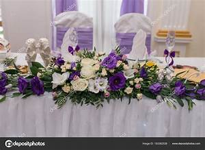 Tisch Blumen Hochzeit : blumen lila und cremig auf tisch brautpaar auf hochzeit restaurant stockfoto yana b ~ Orissabook.com Haus und Dekorationen
