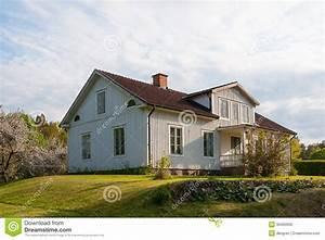 maison en bois typique peinte dans gris clair en suede With maison peinte en gris