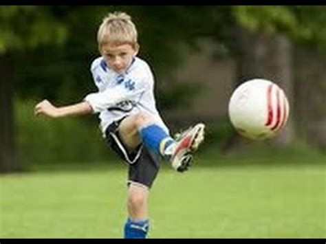 video lucu anak kecil 2th bermain bola di lapangan futsal youtube