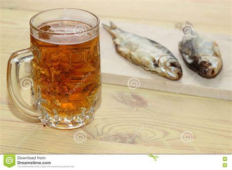 Bière Blonde Avec Un Poisson Salé Sur La Table Photo Stock