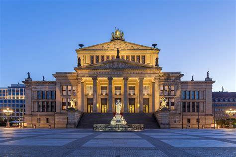 berlin de file konzerthaus gendarmenmarkt berlin blaue stunde jpg wikimedia commons
