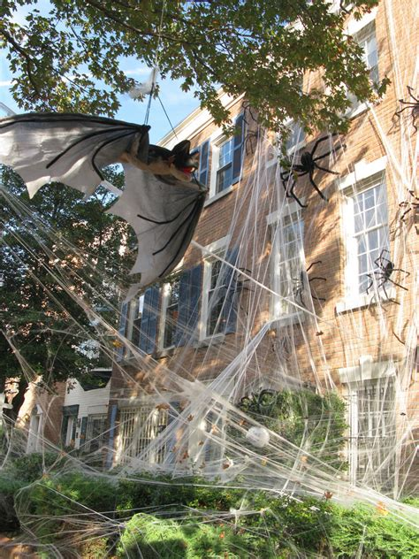 halloween decorations spooky yard decoration spider exterior decorating webs spiderweb outside creepy display decorate thefuntimesguide spiders backyard besuchen trees fun