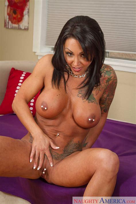 Tattooed Woman Got Her Perky Nipples Pierced Photos