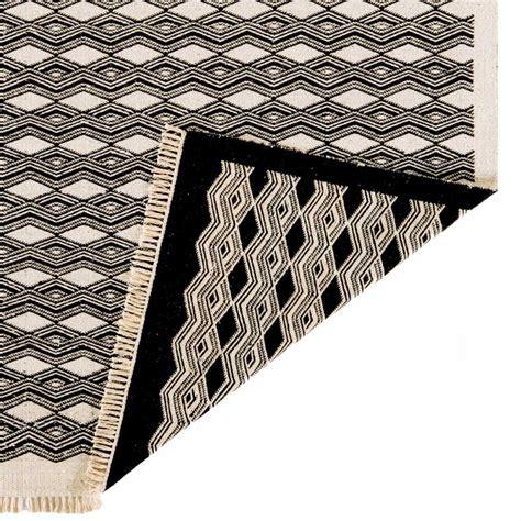 tapis design kilim noir  beige en laine  jute