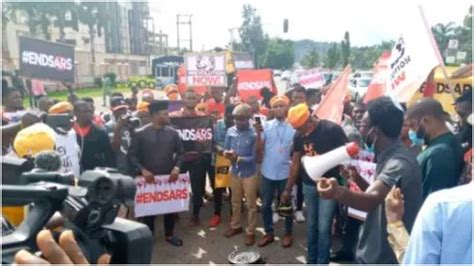 BREAKING: PHCN Truck rams into #EndSARS protesters, cars ...