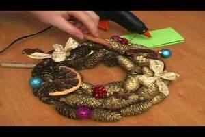 Basteln Mit Tannenzapfen Weihnachten : video basteln mit tannenzapfen zu weihnachten anleitung f r ein festliches gesteck ~ Frokenaadalensverden.com Haus und Dekorationen