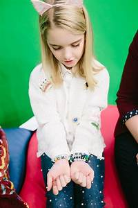 'Gifted' star Mckenna Grace brings joy to Seacrest Studios ...