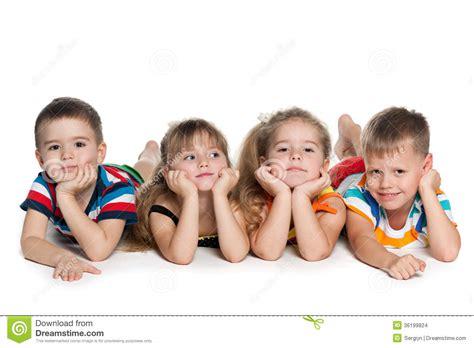 vier vorschulkinder auf dem boden stockbilder bild 36199824